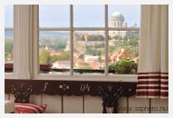 Ebéd után, elpilledve, tompán benn ülünk a függönyös verandán. Kávé gõzöl, édes-erõs illat.És a pasziánszot rakja ujjad.